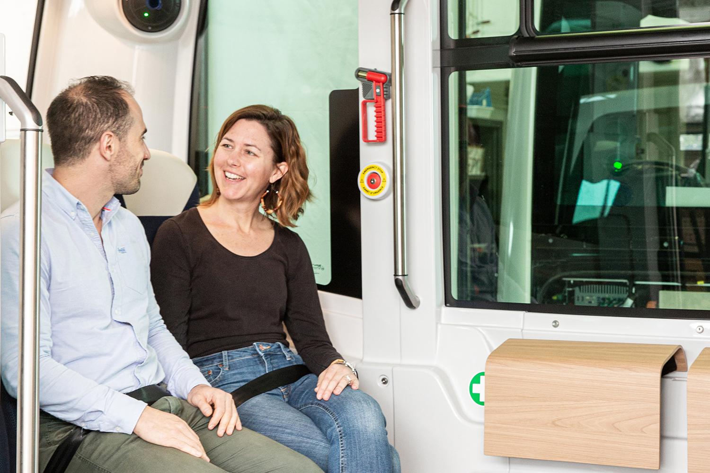 Deux personnes sont assises et attachées avec la ceinture dans le véhicule Easymile