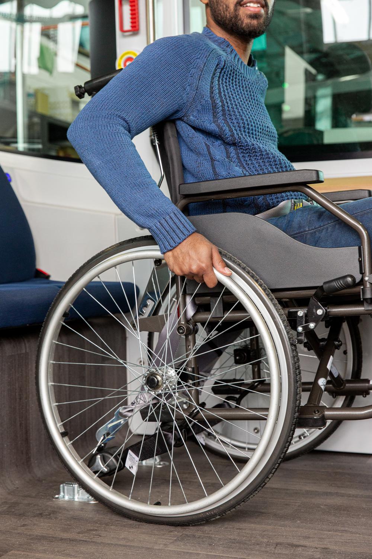Le fauteuil roulant est sécurisé dans le véhicule EZ10 d'Easymile