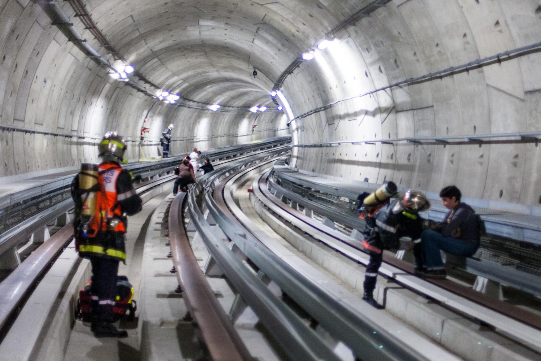 Des pompiers interviennent dans le tunnel du métro de Toulouse pour un exercice plan rouge