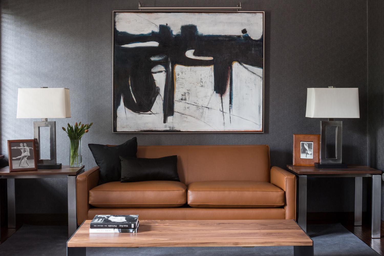 Canapé en cuir et sa table basse, avec une peinture abstraite