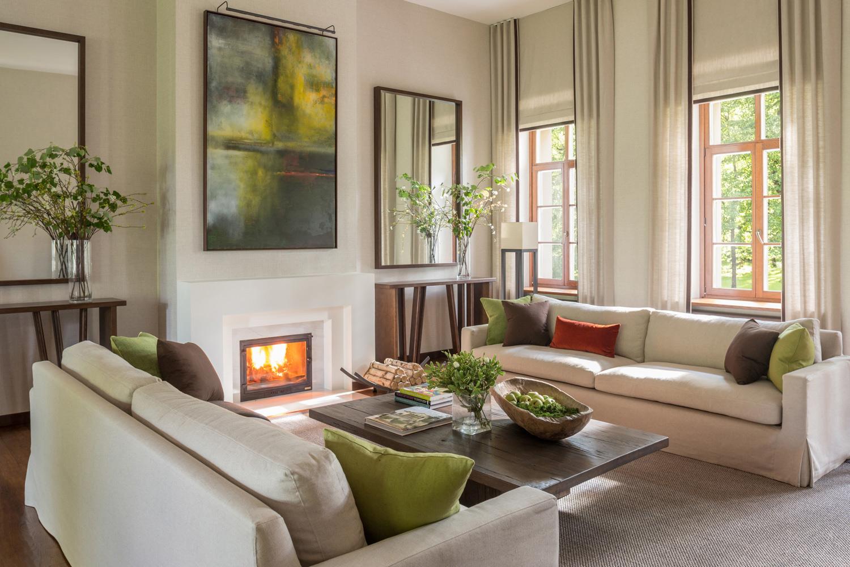 Deux canapés pour un espace salon cosy et son feu de cheminée