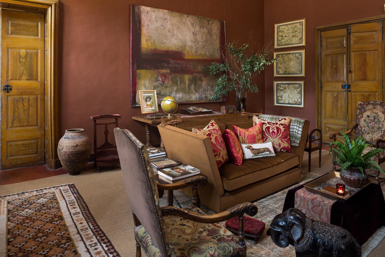 Canapé et peintures mises en valeur