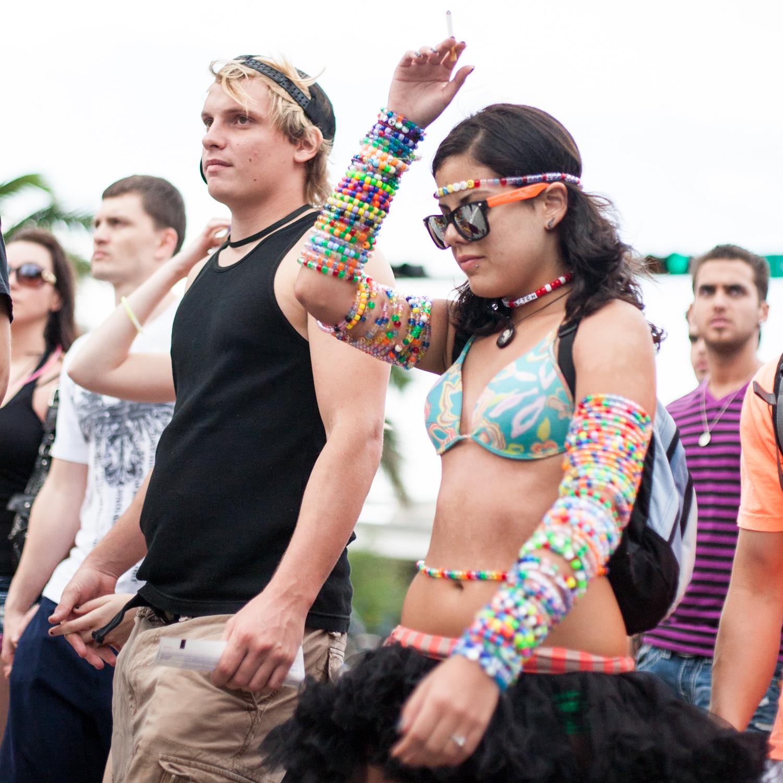 Groupe de jeunes habillé pour un festival à Miami