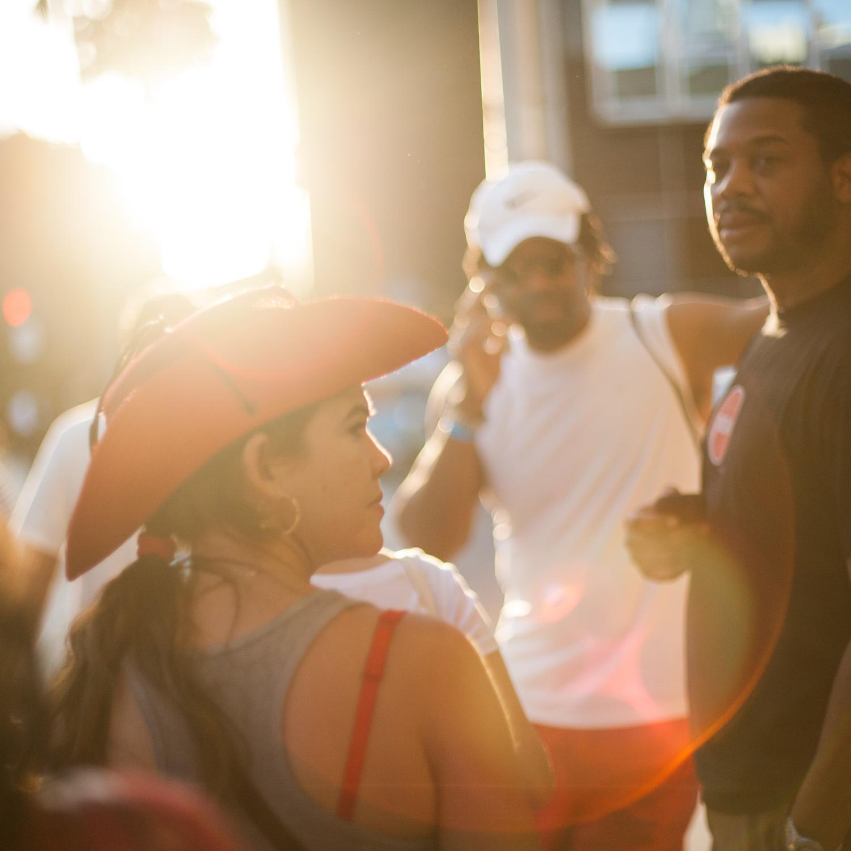 Des personnes en contre-jour avec le soleil couchant dans les rues de Miami Beach, FL