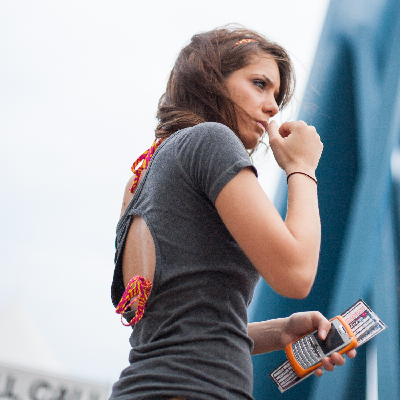 Photographie type publicité d'une fille posant avec un smartphone.
