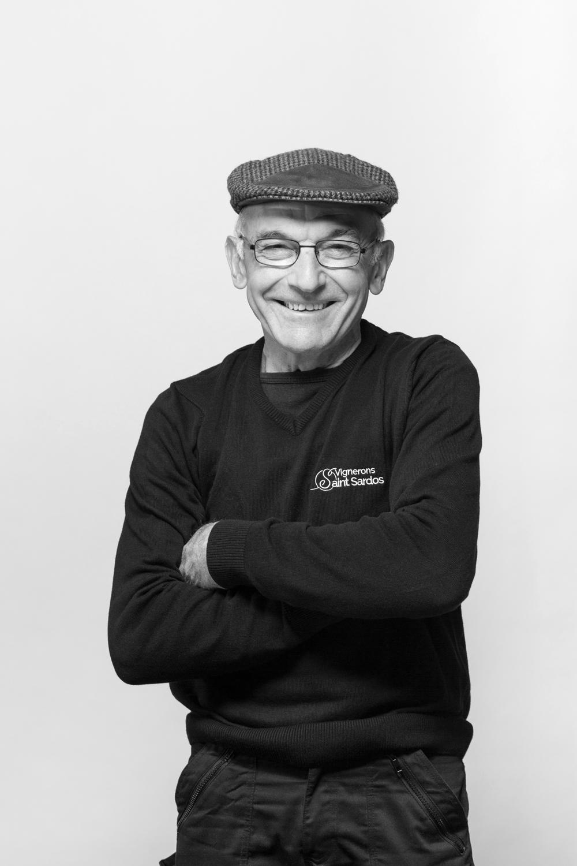 Portrait d'un vigneron en noir et blanc en studio photo