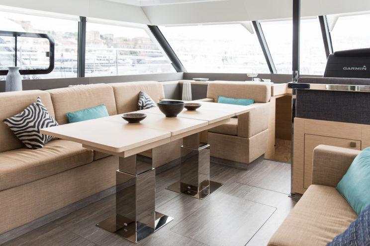 intérieur yacht table pieds carrés