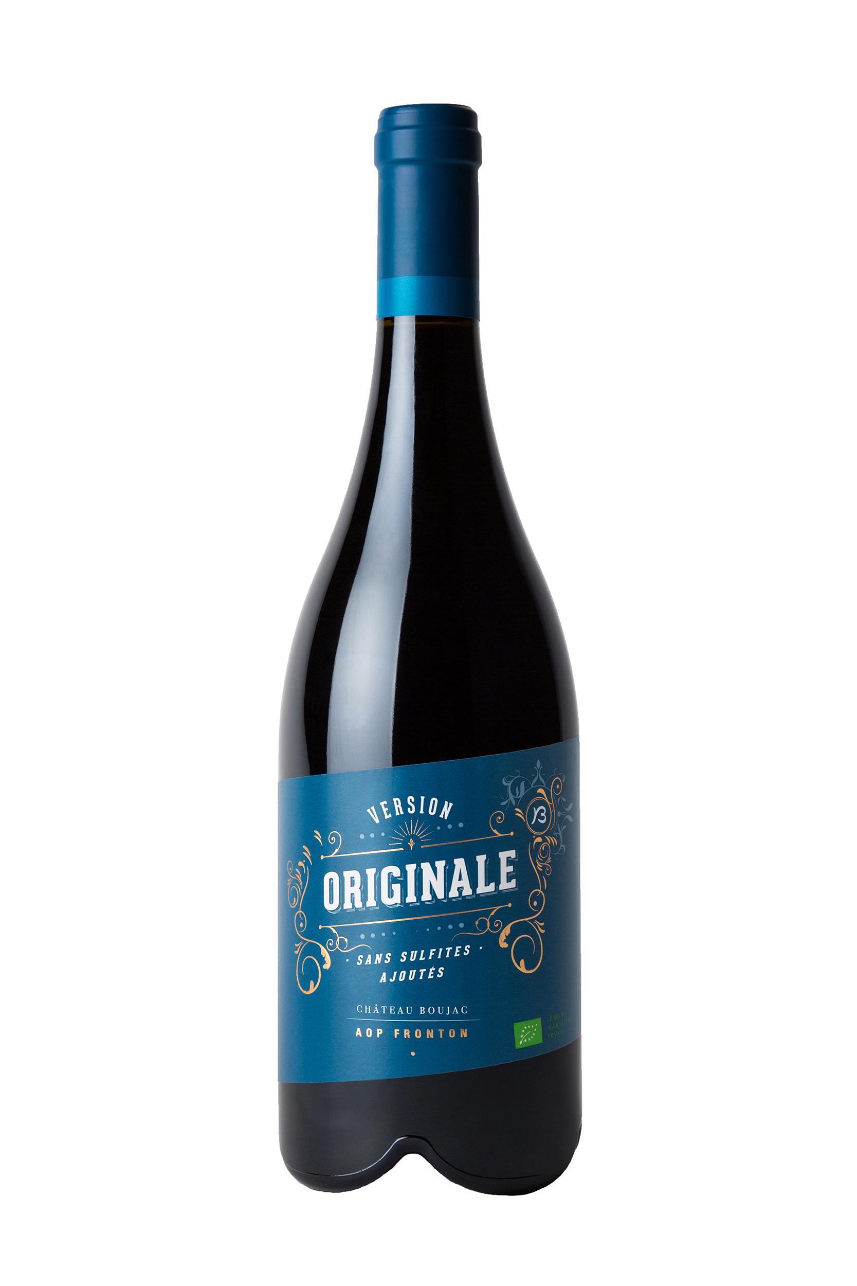 Photographie d'une bouteille de vin rouge sur fond blanc