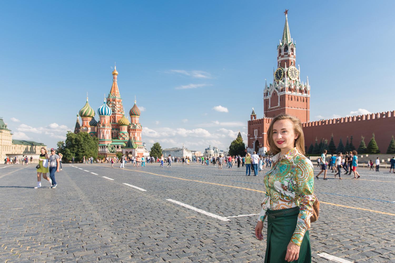 Portrait d'une femme sur la Place Rouge à Moscou