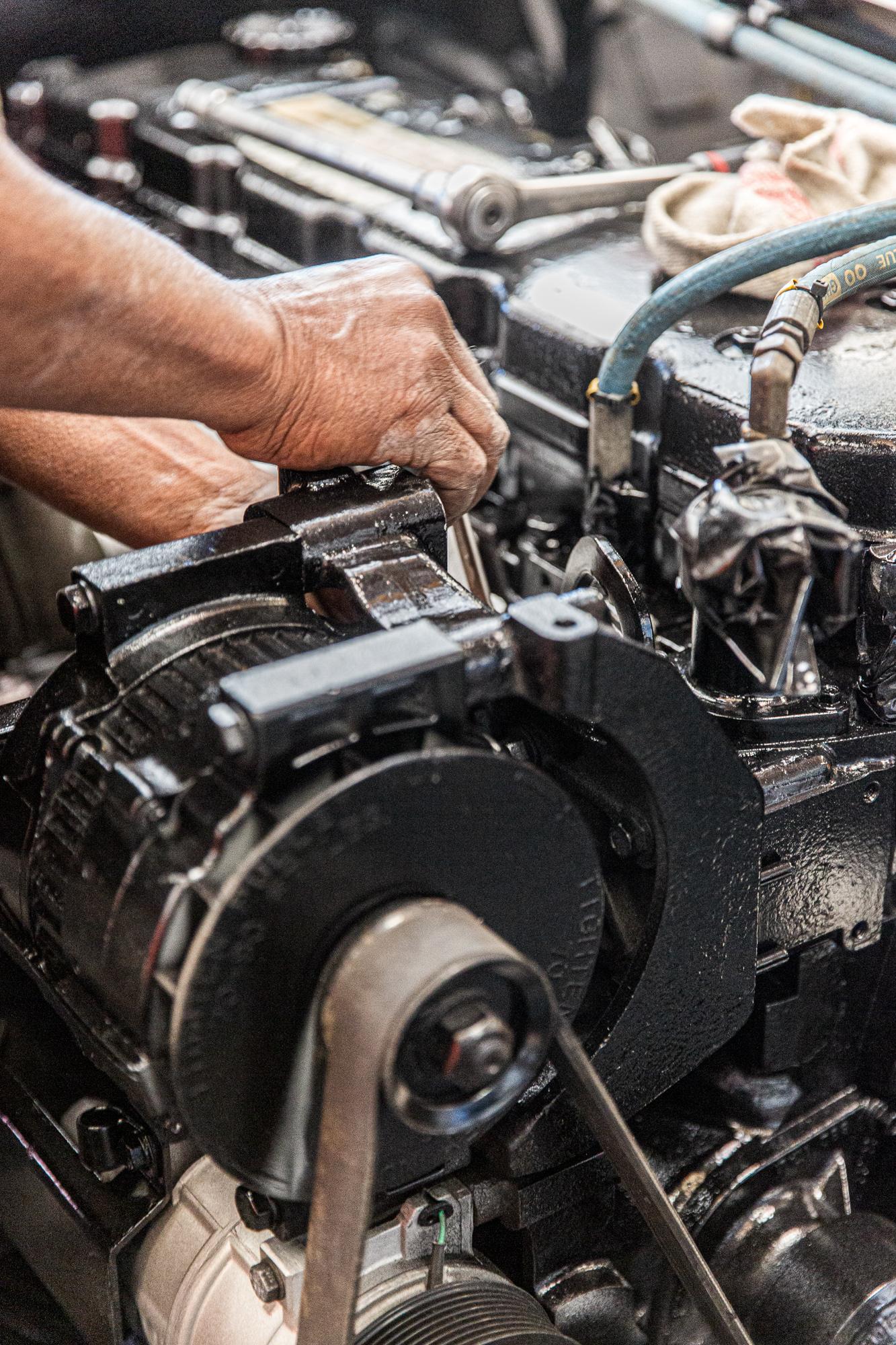 Un mécanicien de la société Aramine intervient sur un moteur de véhicule