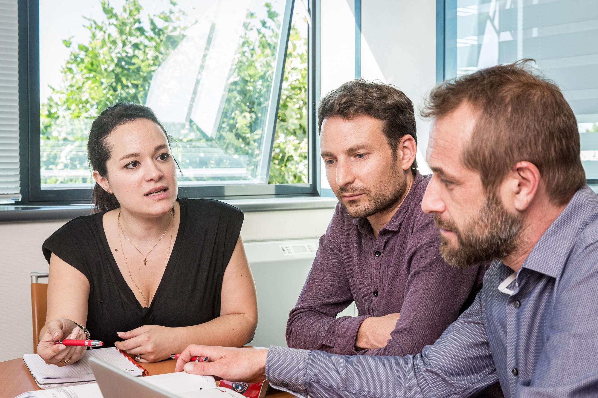Photographies des employés d'Aramine en salle de réunion