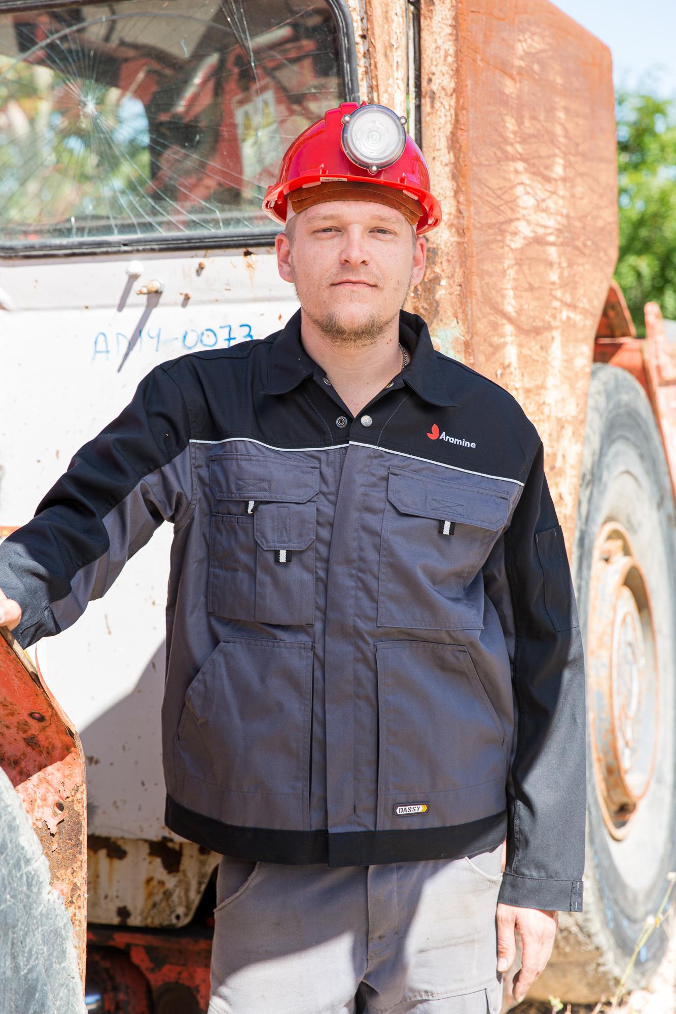 Un employé de l'entreprise Aramine devant un véhicule à reconditionné