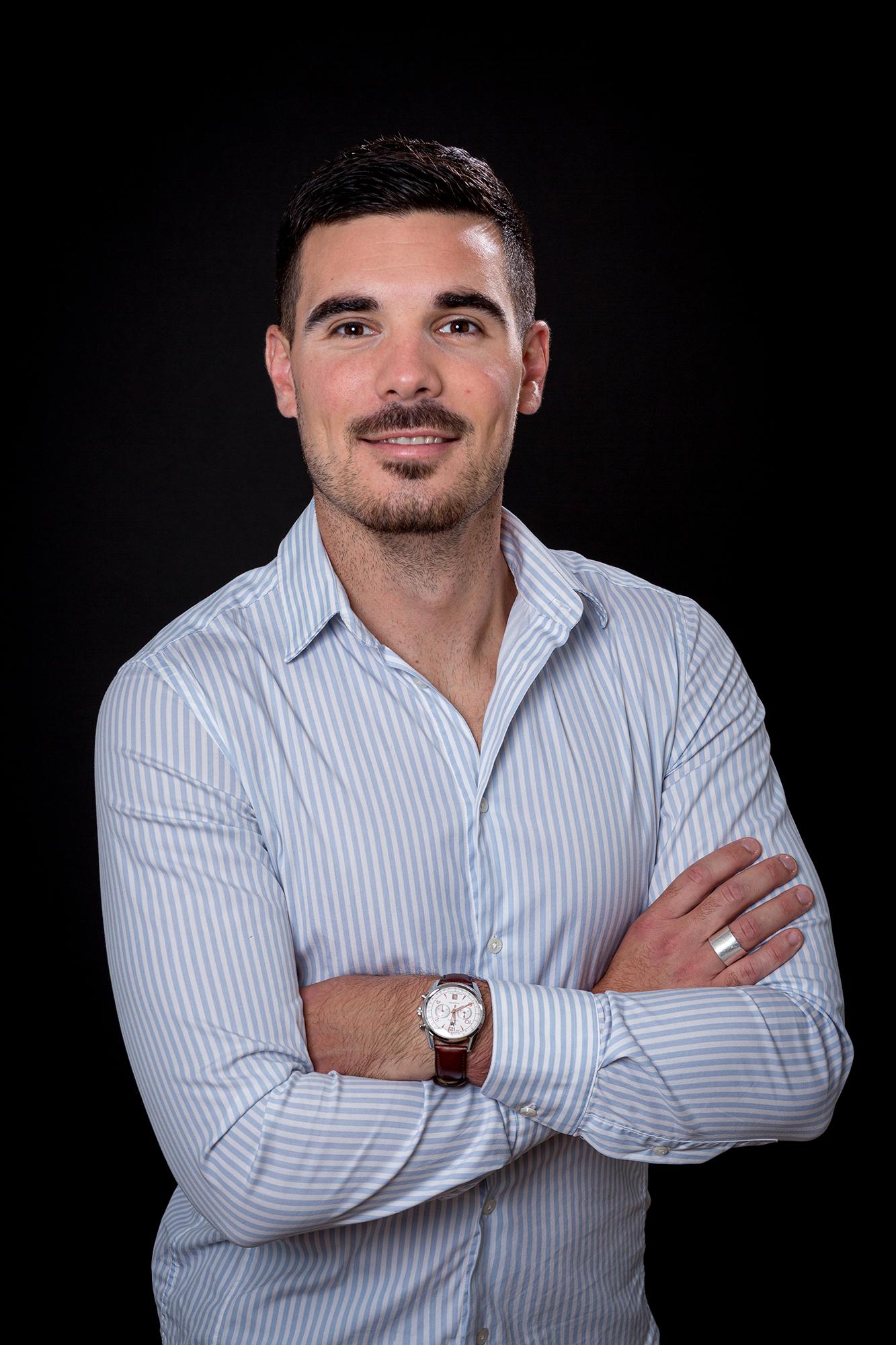 Portrait d'une dirigeant d'entreprise en chemise sur fond noir