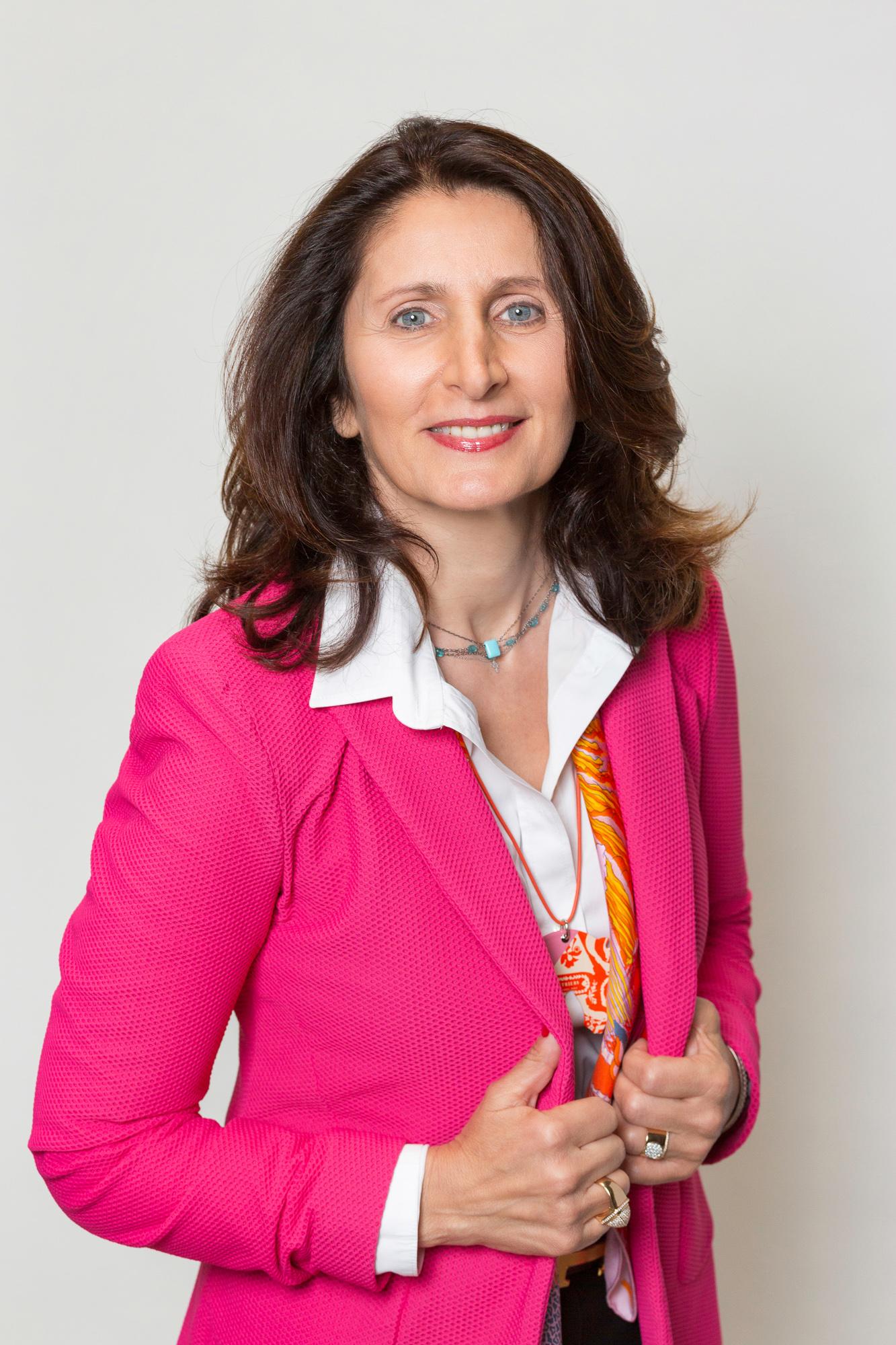 Portrait de dirigeant d'entreprise sur fond blanc