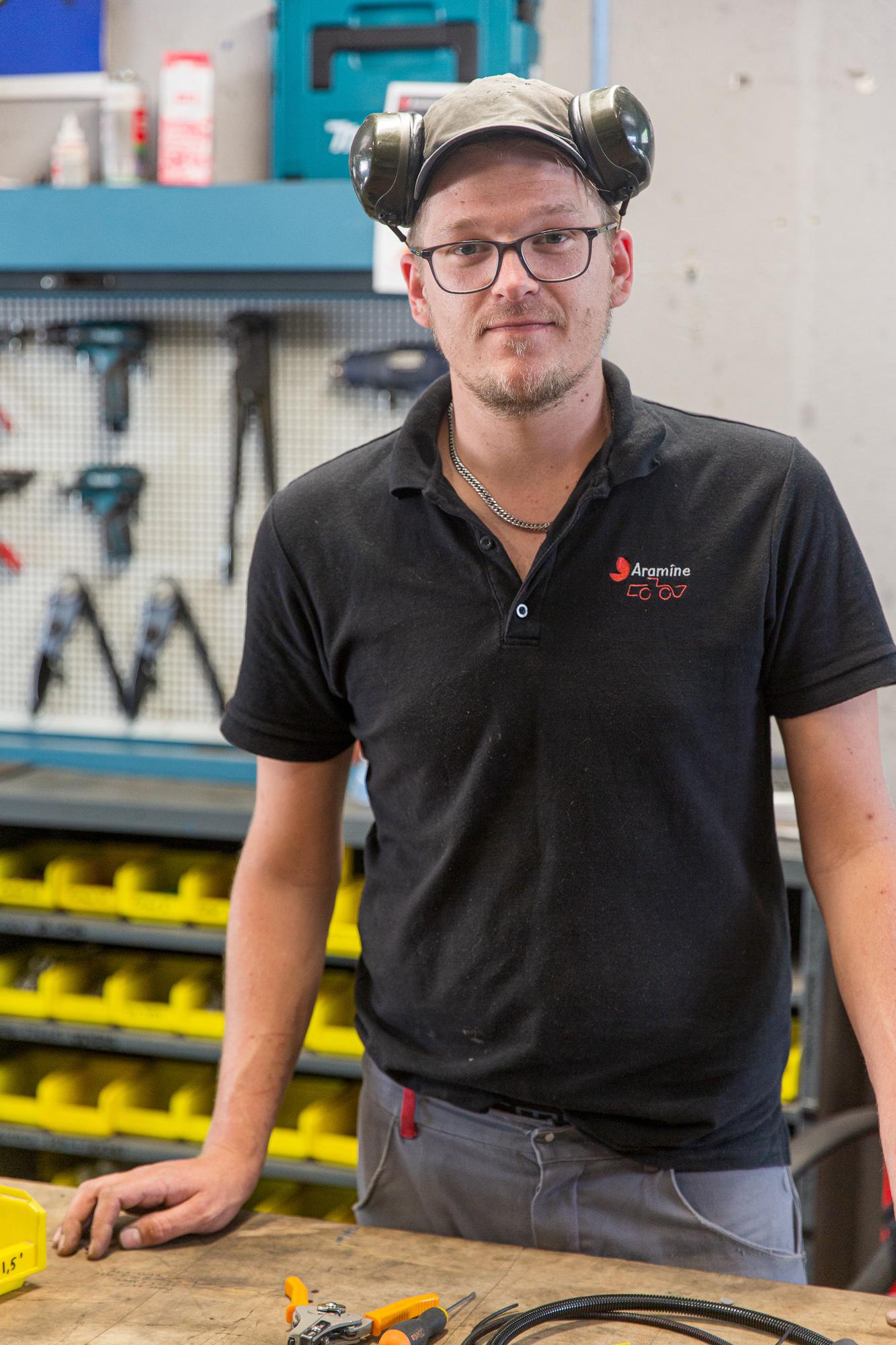 Employé de l'entreprise Aramine dans son atelier technique
