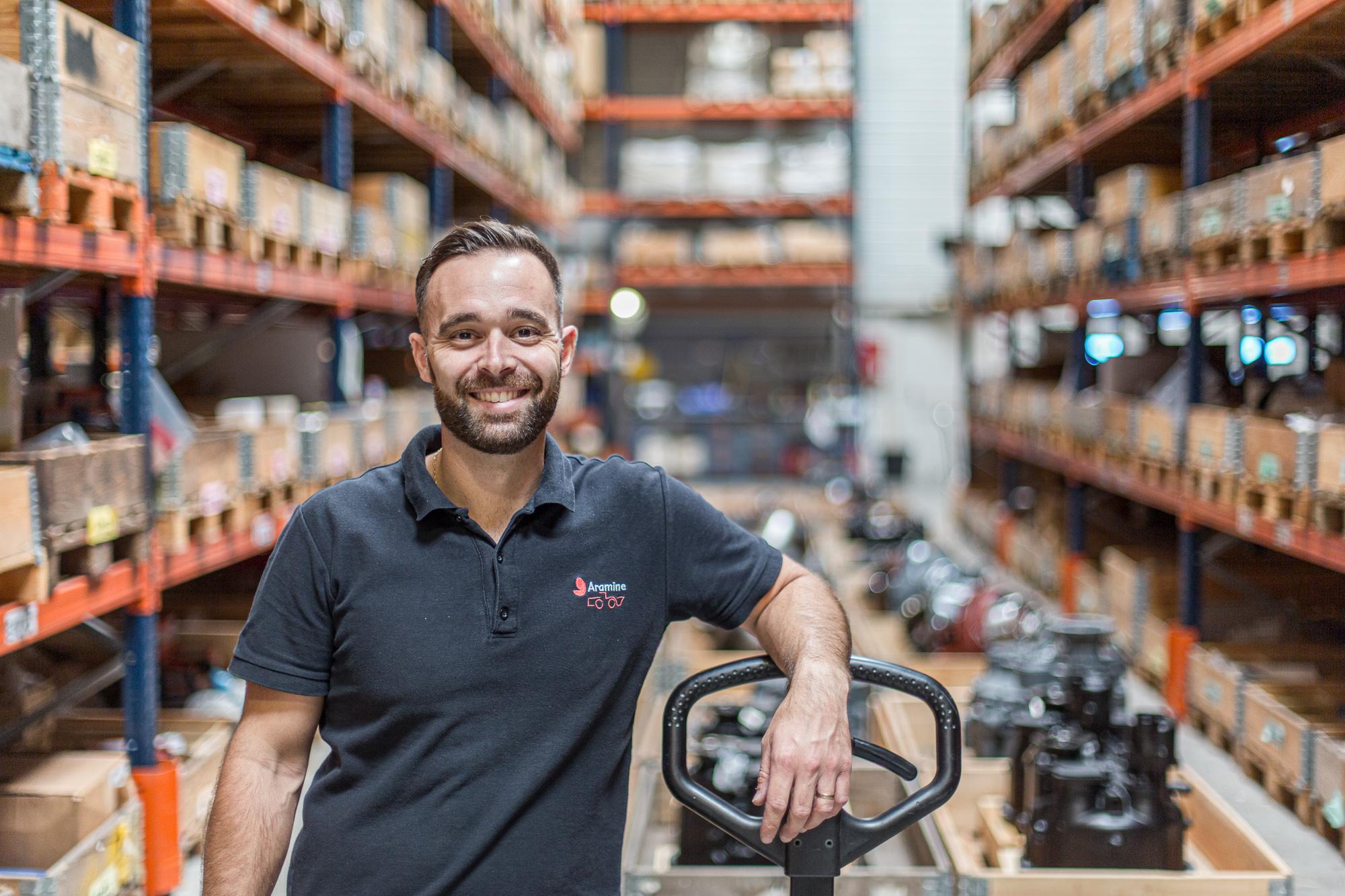 Portrait d'un employé de l'entreprise Aramine dans l'entrepôt de la société