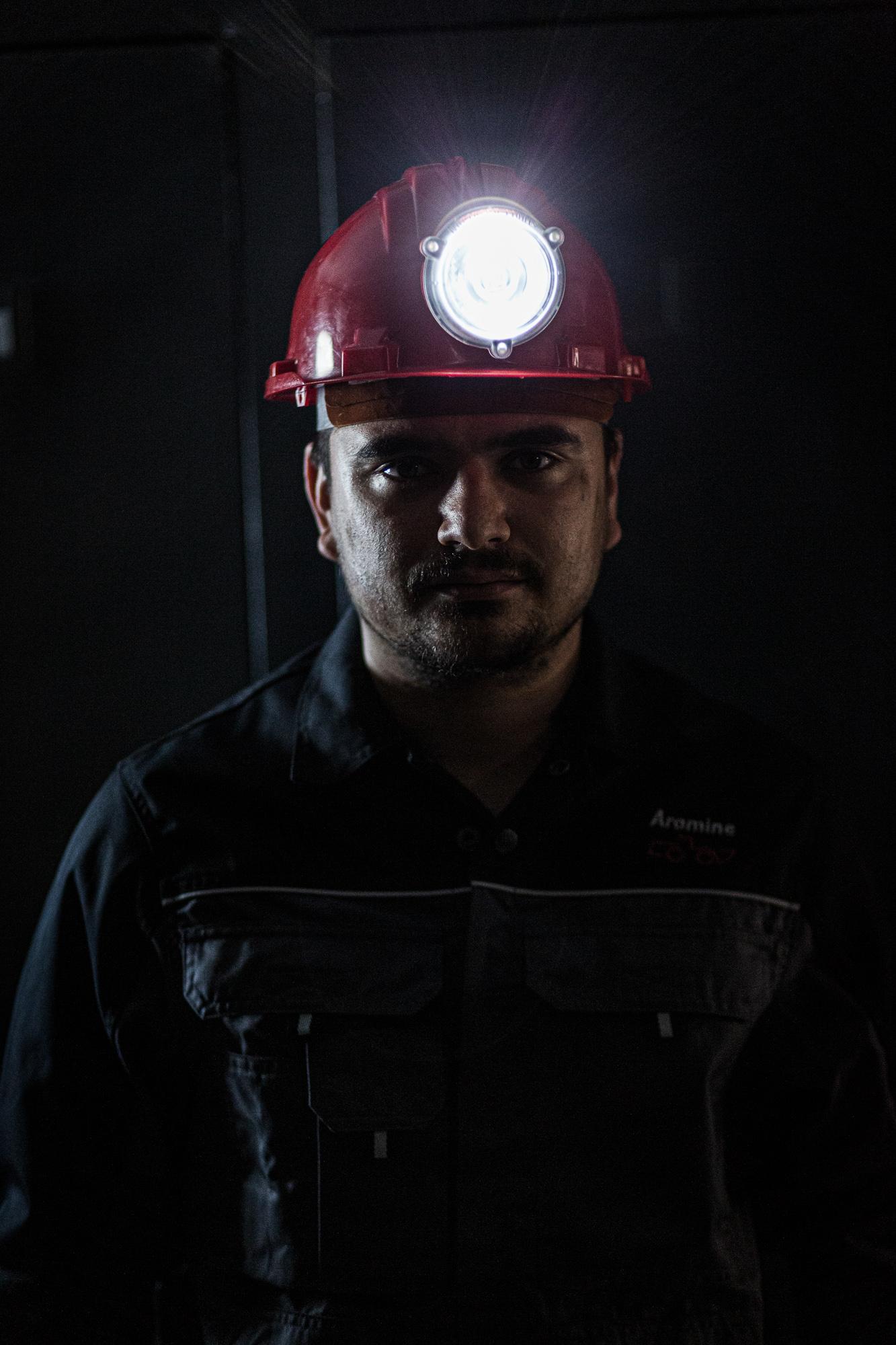 Employé d'Aramine avec son casque et sa lampe de mineur