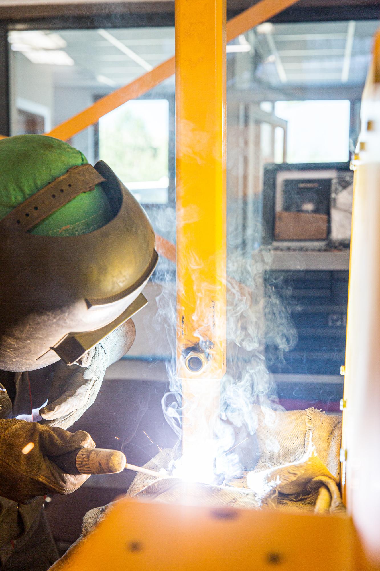 Un soudeur utilise son poste à souder sur des pièces en métal d'un véhicule chez Aramine