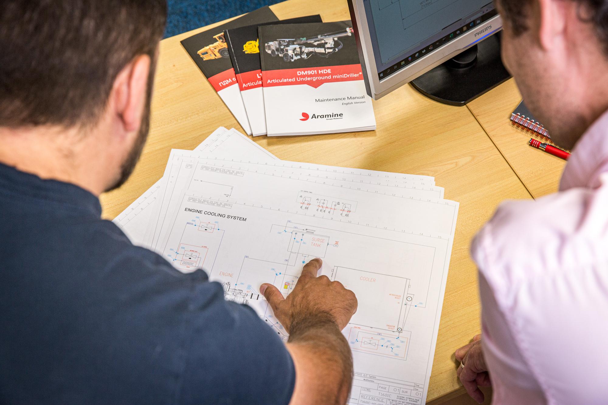 Un employé vérifie un plan avec un collègue