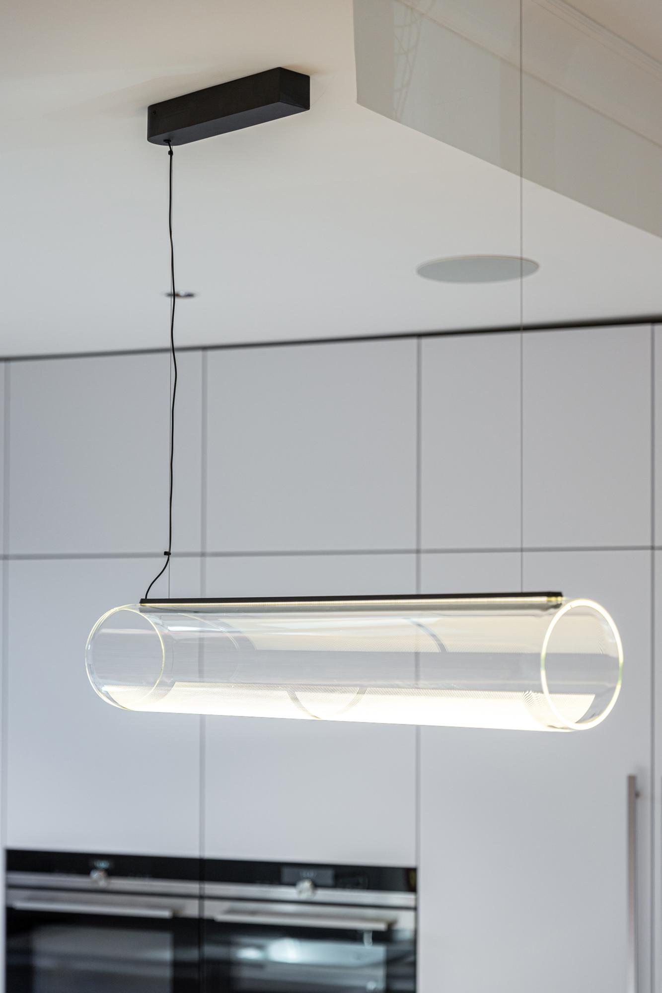 Photographie d'intérieur et de design d'une lampe en forme de tube dans une cuisine