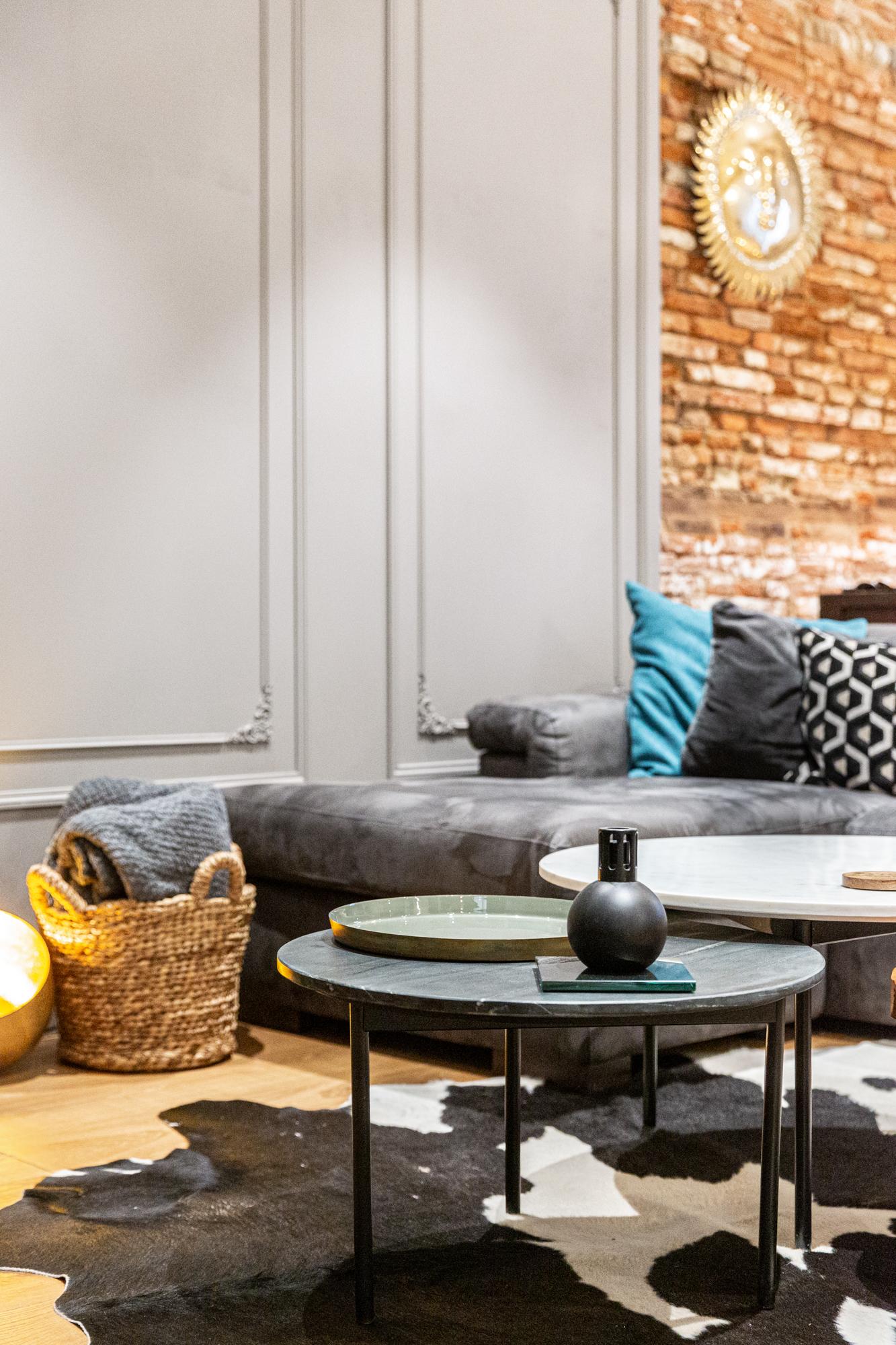 Salon avec une table basse et des éléments de décoration pour une photographie de design et décoration