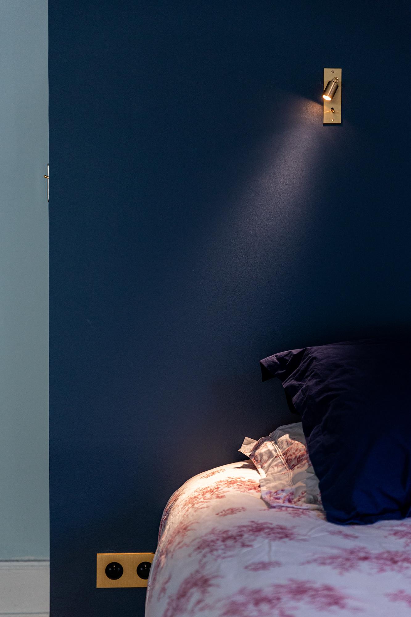 Un éclairage spot au dessus d'un lit - photographe architecture intérieur