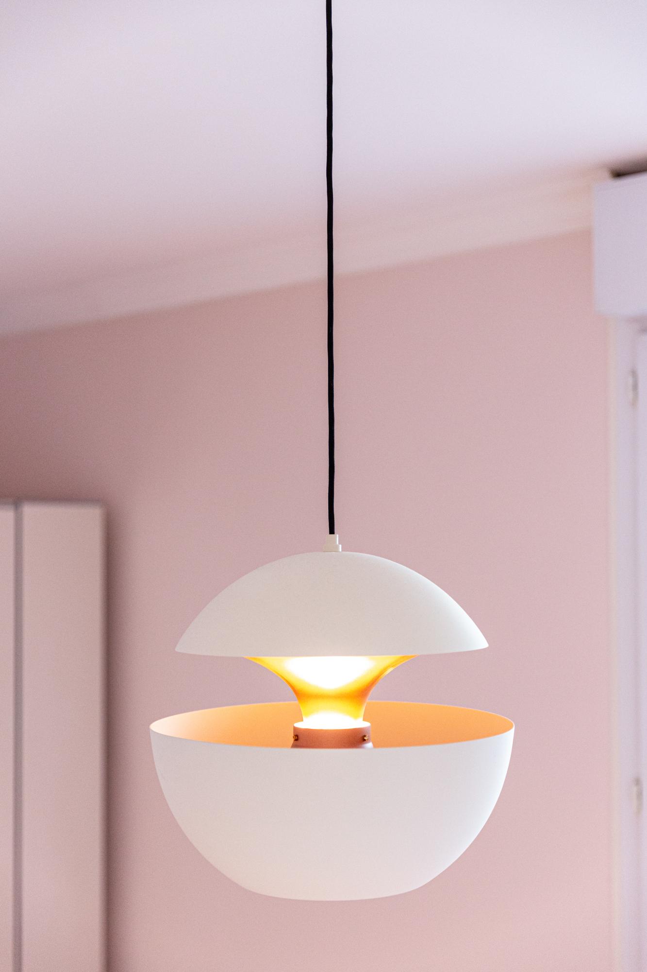 Une lampe ronde et blanche très design dans une chambre d'enfants.