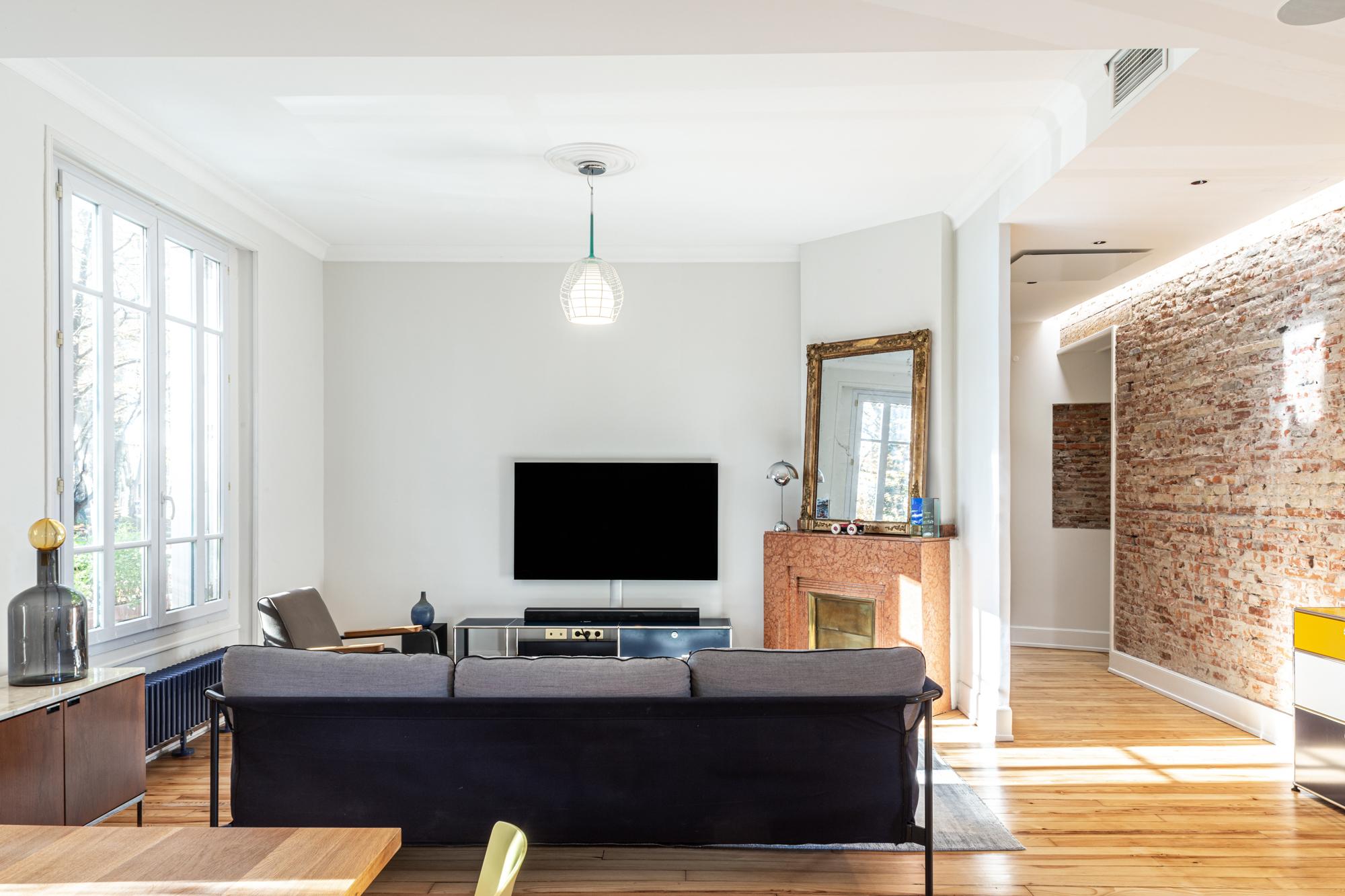 Grand salon dans un appartement toulousain. Photographie d'intérieur pour présenter le design et la décoration